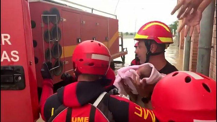 إسيانيا.. إنقاذ رضيع من مبنى حاصرته مياه الفيضانات