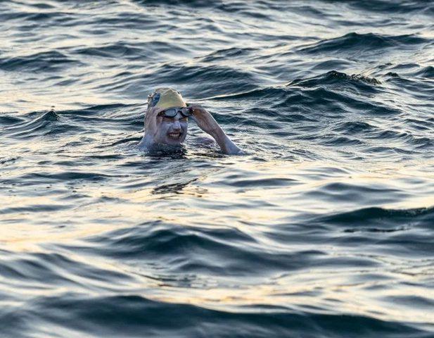 أمريكية تقهر السرطان وتحطم رقمًا قياسيًا بالسباحة