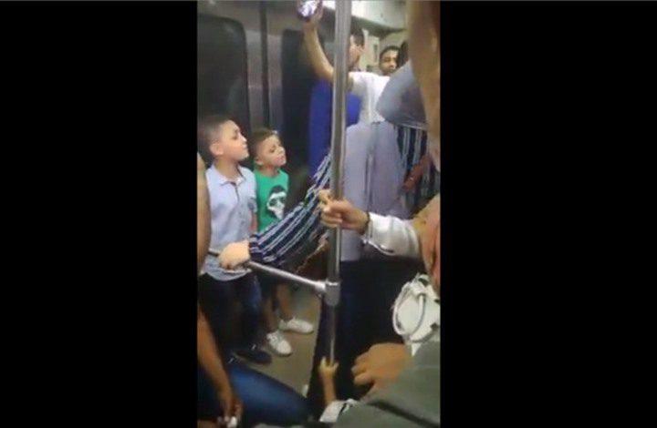 """القاهرة..طفلان ينشدان """"المسك فاح"""" في إحدى عربات مترو الأنفاق"""