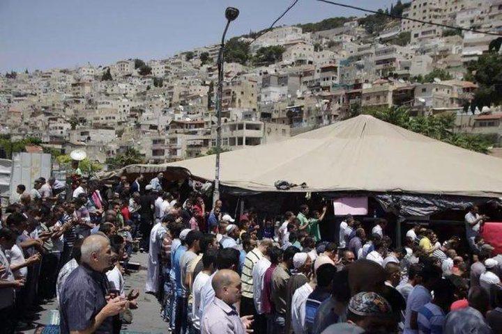 المواطنون يؤدون صلاة الجمعة في خيمة الاعتصام ببادية القدس