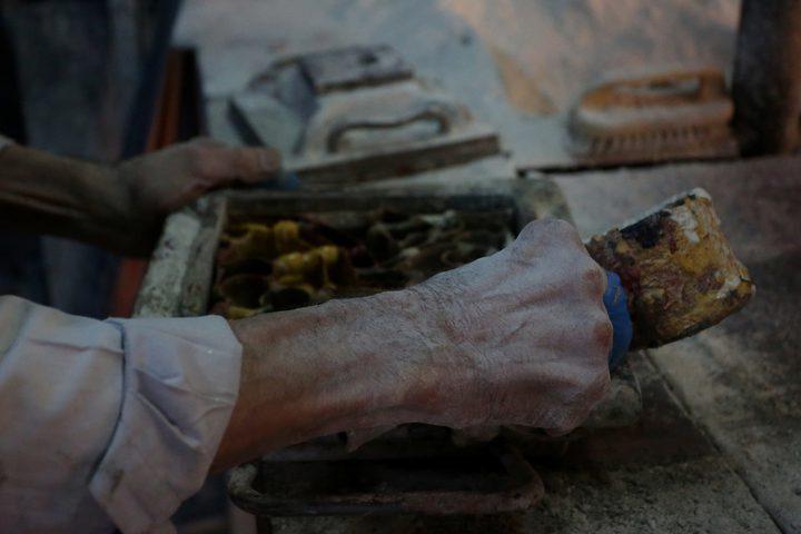 هاني ريحان 81 عاماً ، يعمل بصناعة البلاط التقليدي يدويًا في أقدم مصنع للبلاط منذ عام 1947 ، في مدينة نابلس بالضفة الغربية