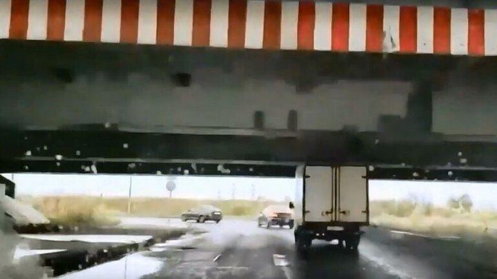 شاحنة تمر من تحت جسر وترفع خرافة اللعنة عنه