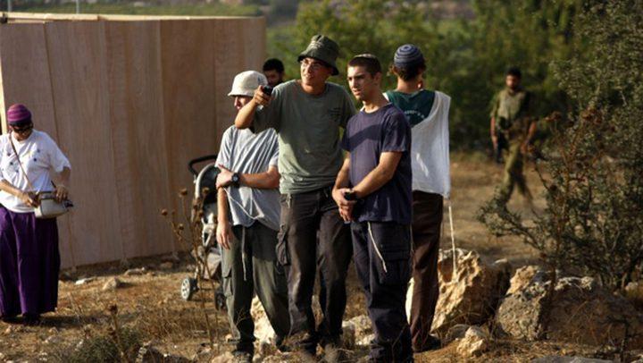 مستوطنون يقتحمون منطقة أثرية في بلدة بيت أمر