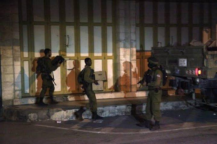 الاحتلال يغلق محال تجارية في بلدة عزون شرق قلقيلية