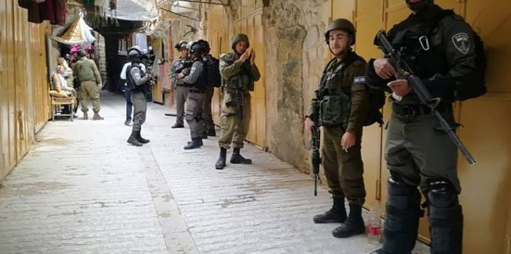 قوات الاحتلال تغلق محلات تجارية في بلدة عزون شرق قلقيلية