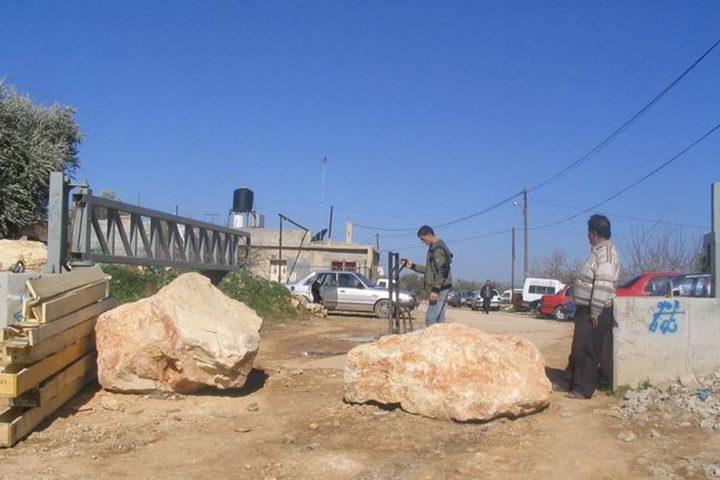 الاحتلال يغلق مدخلي بلدة كفل حارس ببوابة حديدية