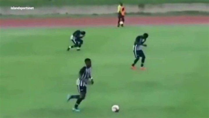 برق يضرب لاعبين أثناء مباراة كرة قدم