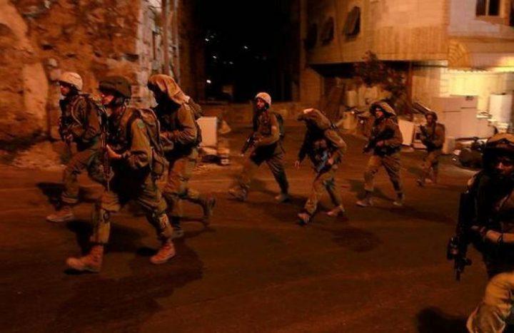 حملة اعتقالات ومداهمات بالضفة تطال عشرات المواطنين
