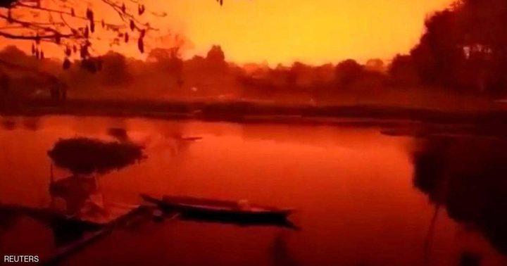 إندونيسيا.. السماء تتحول إلى لون الدم القاني
