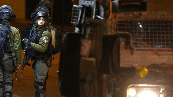 الاحتلال يعتقل مواطنين على حاجز حزما شمال القدس