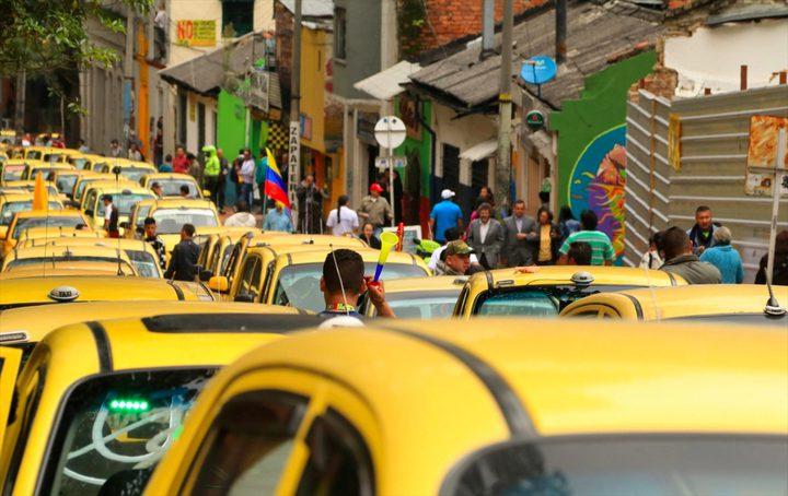 كولومبيا.. سائح يحطم زجاجة على رأس سائق سيارة أجرة