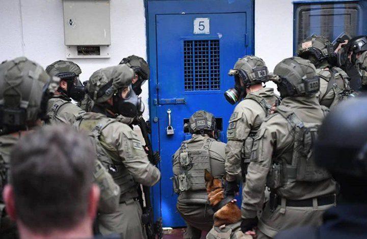 الاحتلال ينقل 4 أسرى مضربين لسجن جنائي