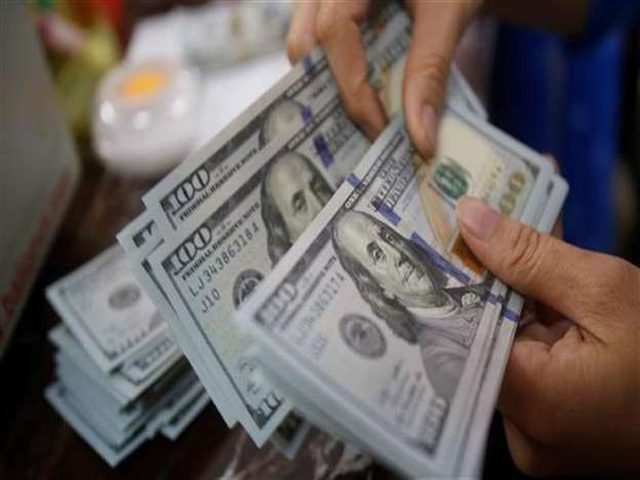 تراجع الدولار مع ترقب المتعاملين لأنباء بشأن التجارة