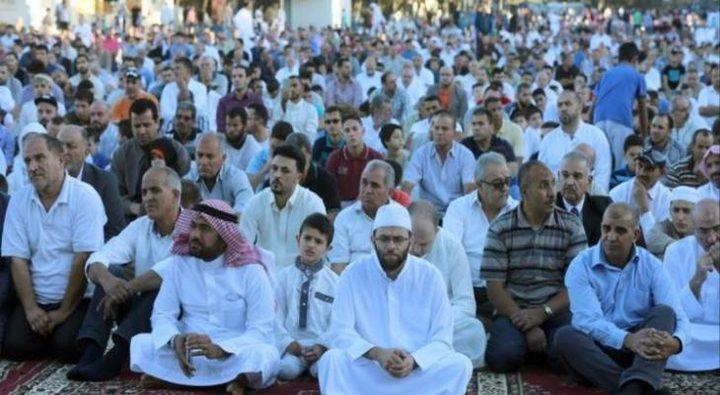 عشرات المواطنين يؤدون صلاة الجمعة ببلدة السواحرة الشرقية