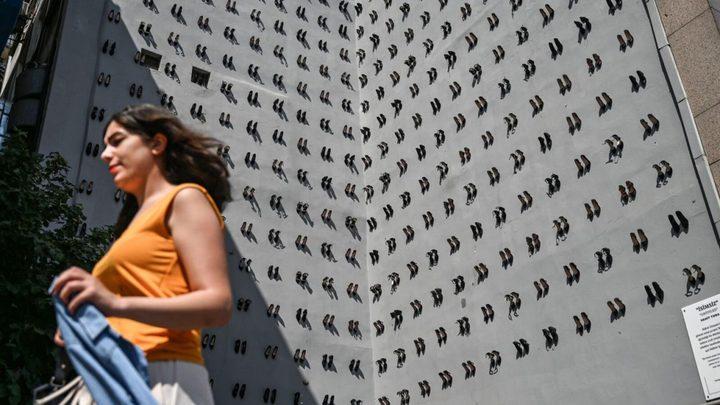 تعليق 440 حذاء على جدار مبنى باسطنبول لإيصال رسالة ذات هدف سامي