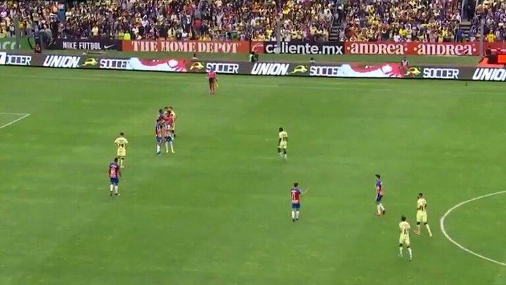 نجم برشلونة السابق يتعرض لإصابة مروعة