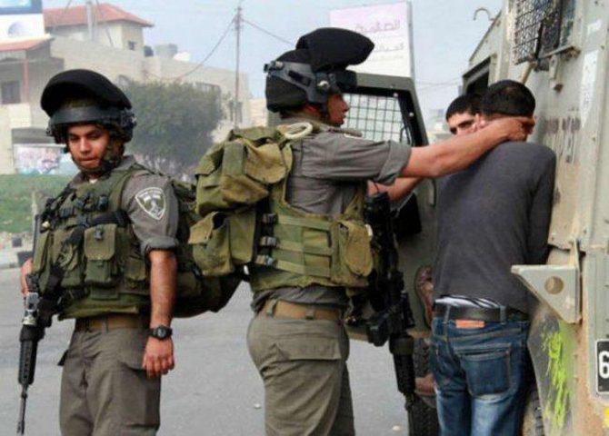 قوات الاحتلال تعتقل شابين من بلدة بيت أمر