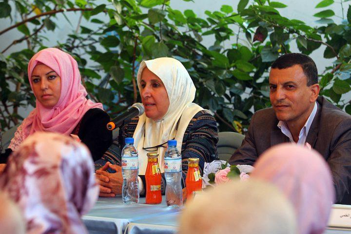 مواطنون يشاركون في حملة التوعية بسرطان الثدي ، في قطاع غزة في 3 أكتوبر 2019.