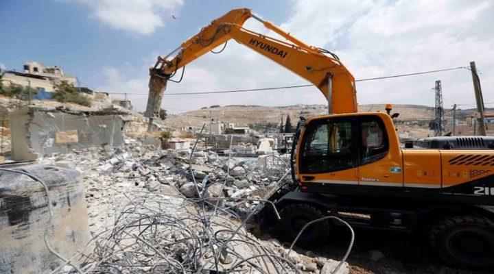 الاحتلال يهدم منزلا في بلدة بيت امر شمال الخليل