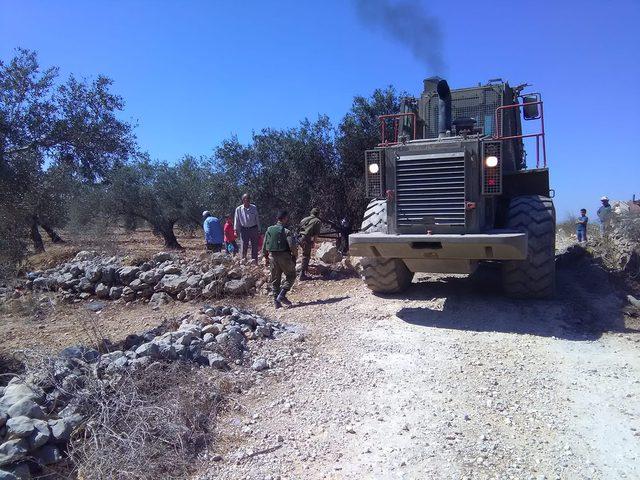 الاحتلال ينصب بوابات حديدية شرق قلقيلية