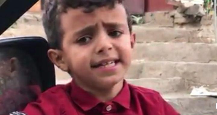 طفل يمني يغرد بصوته الساحر خلال بيعه قارورات المياه