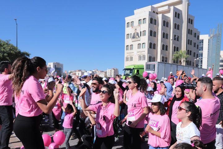 انطلاق سباق اليوم الوردي النسائي حيث انطلق بمشاركة ما يزيد عن 1000 مشارك ومشاركة من مختلف الأعمار