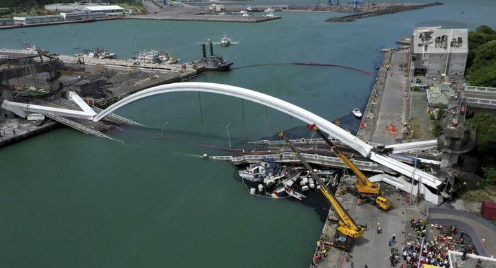 انهيار مروع لجسر فوق قوارب في تايوان
