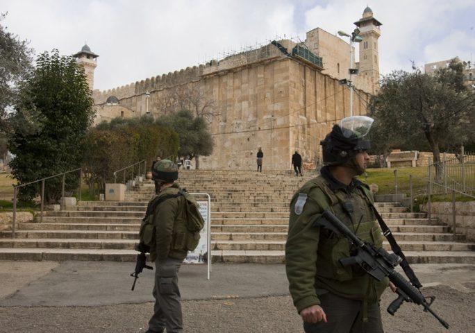 الاحتلال يداهم الحرم الإبراهيمي ويطرد موظفي الأوقاف