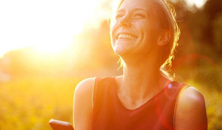 الضحك من أهم محفزات هرمون السعادة