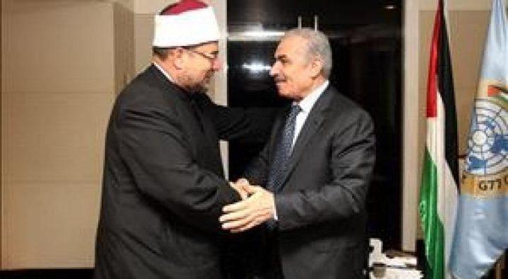 اشتية يُطلع وزير الأوقاف المصري على الانتهاكات الإسرائيلية