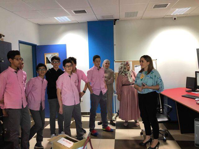 طلبة من المدرسة الإنجليزية الحديثة يزورون مركز الإعلام