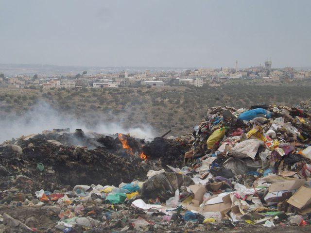 """الاحتلال يخطط لتحويل """"الخان الأحمر"""" لمكب نفايات"""