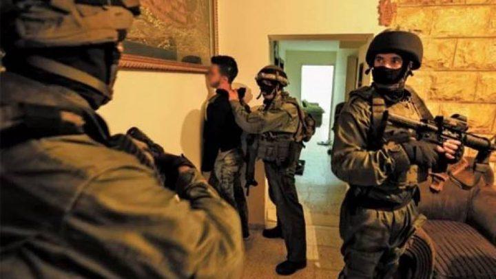 اعتقال 8 مواطنين في الضفة
