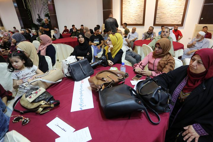 نساء فلسطينيات يرتدين فستان الزفاف ويشاركن في حدث مناهض للعنف ضد المرأة في غزة.