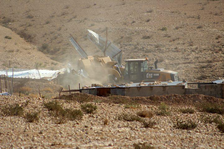 """قوات الاحتلال الإسرائيلي تهدم منازل المواطنين جنوب يطا في الخليل،بحجةبناؤها دون تصريح إسرائيلي في """"المنطقة ج"""" ، واجتمع المواطنون بعد الهدم لجمع الأثاث والممتلكات."""