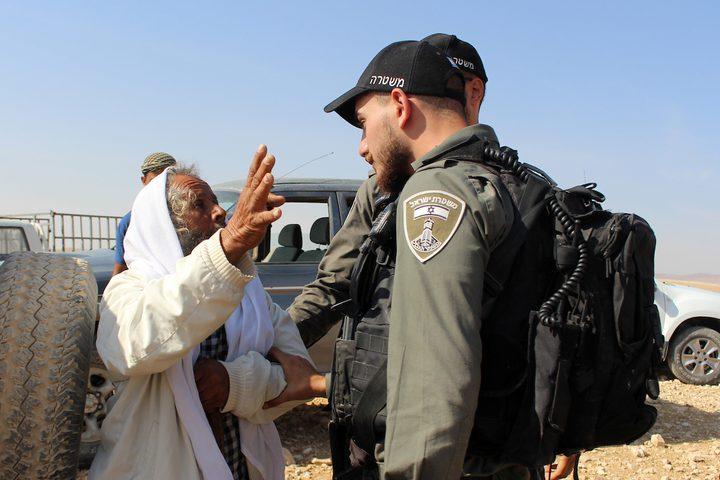 مواطن يتشاجر مع جنود الاحتلال أثناء استعدادهم لهدم المنازل المؤقتة الفلسطينية جنوب يطا.