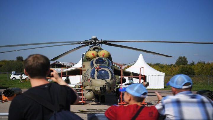 """طائرة """"روسية"""" تدمر منصة عرض عسكري"""