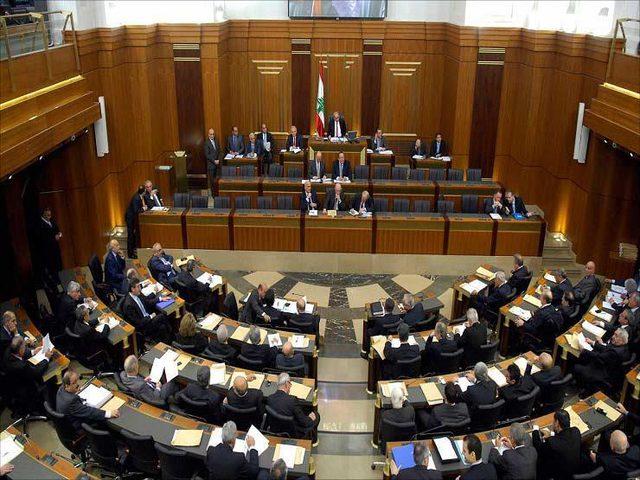 ناشطون يقتحمون مجلس النواب اللبناني ويثيرون الشغب