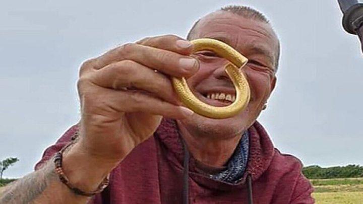 بريطاني يعثر على قطعة ذهبية من العصر البرونزي