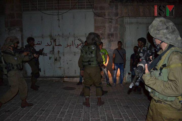 قوات الاحتلال تعتقل شابًا من قلقيلية