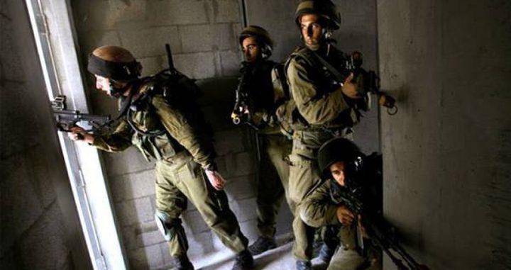الاحتلال يداهم منازلاً في الخليل