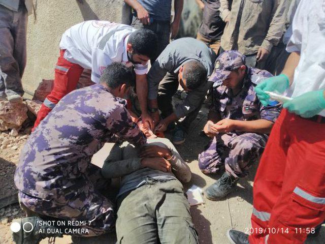 إصابة عامل جراء سقوطه عن علو