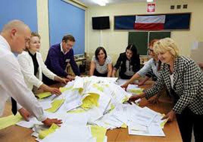 بولندا: المحافظون يفوزون بالانتخابات التشريعية
