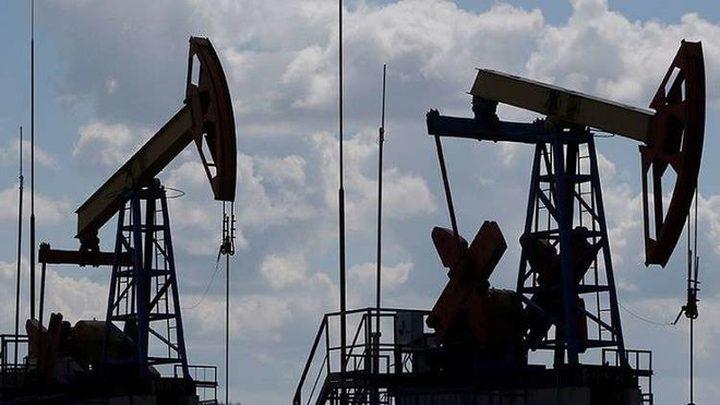 النفط يهبط 2% والدولار يصعد