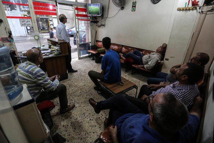 مواطنون يشاهدون المباراة النهائية لكرة القدم بين المنتخب الفلسطيني والسعودي، في مدينة غزة.