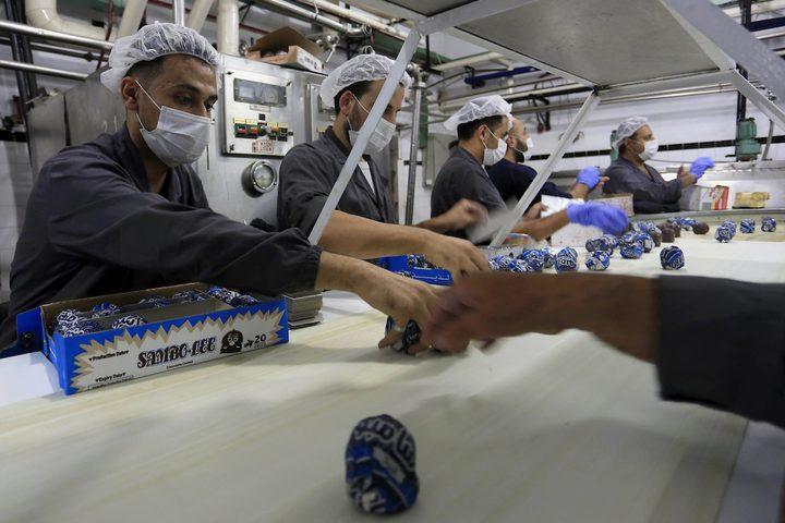 """عمال يعدون حلوى الفانيلا المعروفة بإسم""""رأس العبد"""""""