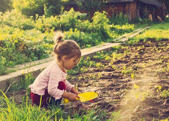 دراسة تحذر: لعب الأطفال بالتربة يضر بصحتهم الجسدية والعقلية