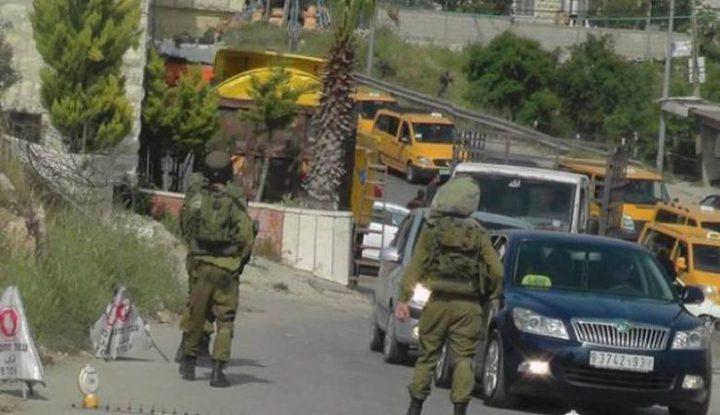 الاحتلال يغلق مدخل بلدة بيت أمر