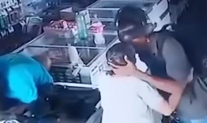 البرازيل.. لص يقبل رأس عجوز خلال سرقته إحدى الصيدليات !