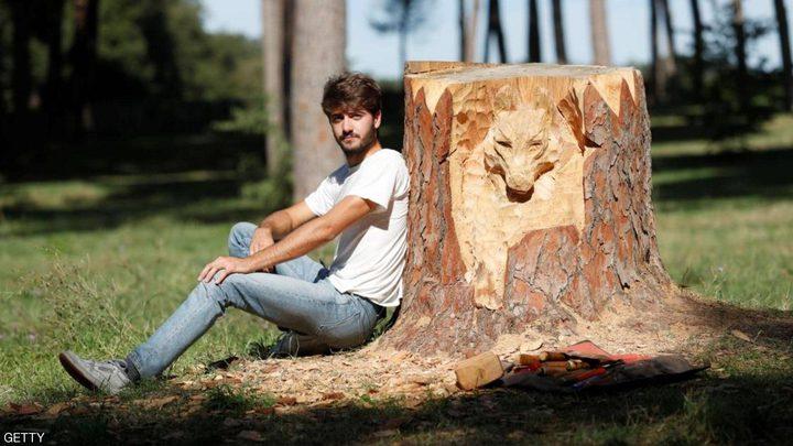 شاب إيطالي يحول جذوع الأشجار إلى لوحات فنية